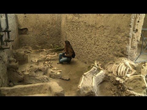 العرب اليوم - بومبيي تكشف عن لوحة جدارية لقبلة بين عشيقين