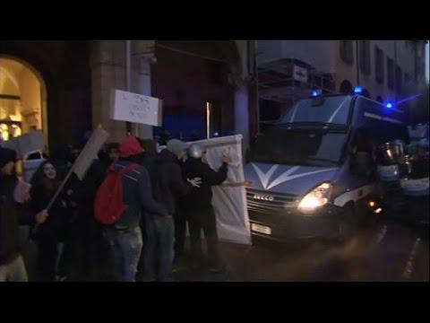 العرب اليوم - بالفيديو  احتجاج طلبة الجامعات لمنعهم من دخول المكتبة في إيطاليا