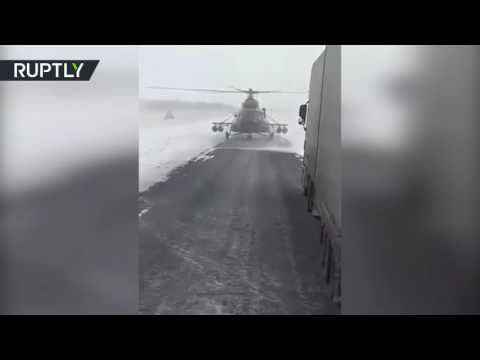 العرب اليوم - شاهد قائد مروحية عسكرية يهبط على الطريق ليسأل عن الاتجاهات