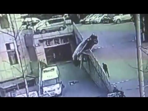 العرب اليوم - نجاة أم وأبنها من حادث سيارة بشكل غريب