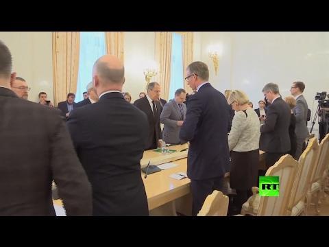 العرب اليوم - بالفيديو  لافروف ونظيرته السويدية يقفان دقيقة حدادًا على روح تشوركين