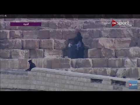 العرب اليوم - شاهد ليونيل ميسي يتفقد هرم خوفو من الداخل ويلتقط صورًا تذكارية في المكان