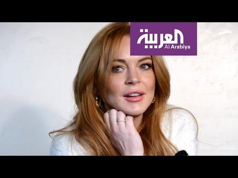 العرب اليوم - شاهد توقيف ليندسي لوهان في مطار هيثرو