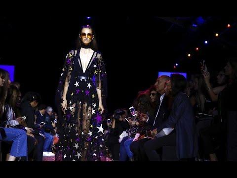 العرب اليوم - شاهد عرض أزياء المصمم إيلي صعب لربيع عام 2017