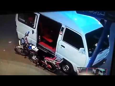 العرب اليوم - شاهد سرقة موتوسيكل من أمام صيدلية في الإسكندرية