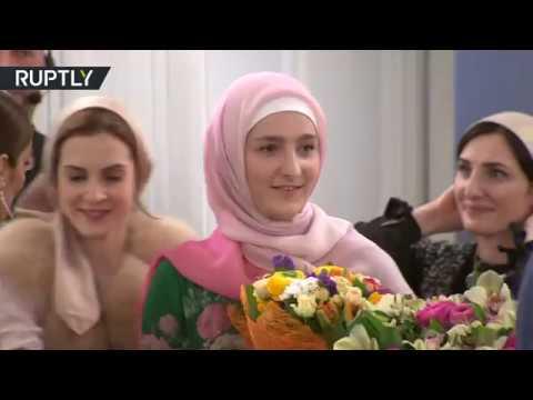 العرب اليوم - شاهد ابنة رئيس الشيشان تقدم أولى مجموعاتها للزي الإسلامي