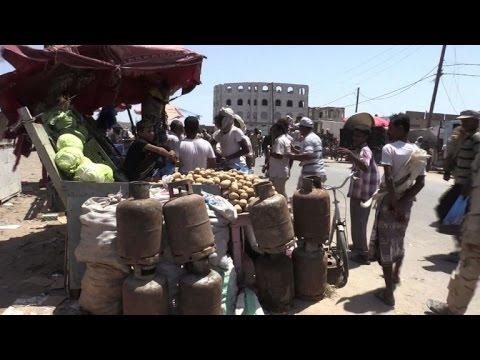 العرب اليوم - شاهد الحياة تعود إلى طبيعتها في مدينة المخا الساحلية اليمنية