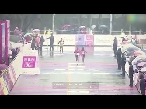 العرب اليوم - شاهد سباق ماراثون ينتهي بخطأ طريف