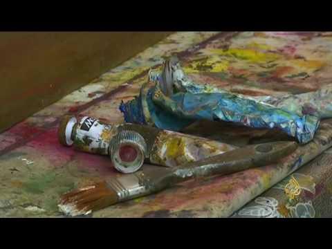 العرب اليوم - شاهد فنانة سورية لاجئة تداوي جراح الحرب بلوحات