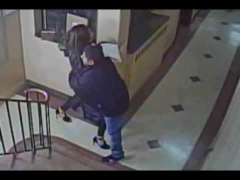 العرب اليوم - شاهد متهم يحاول الاعتداء على أميركية في منزلها