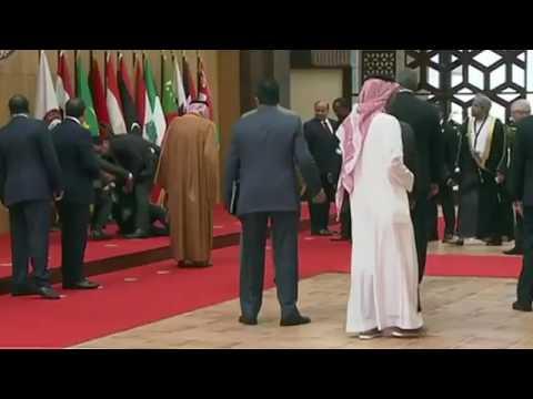 العرب اليوم - شاهد لحظة سقوط الرئيس اللبناني على الأرض