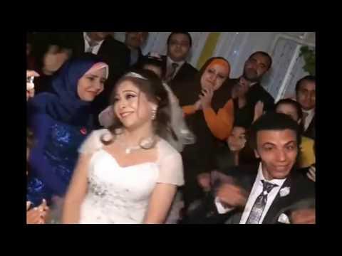 العرب اليوم - شاهد أقوى دويتو بين عريس وعروسة في حفل زفافهما