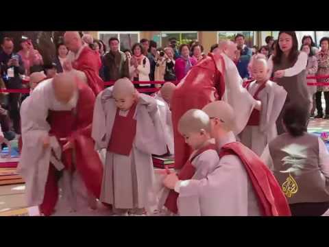 العرب اليوم - أطفال كوريا الجنوبية يحلقون رؤوسهم في حفلة المعبد