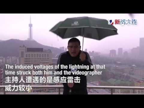 العرب اليوم - بالفيديو مراسل نشرة جوية يتعرّض إلى صاعقة برق في بث مباشر