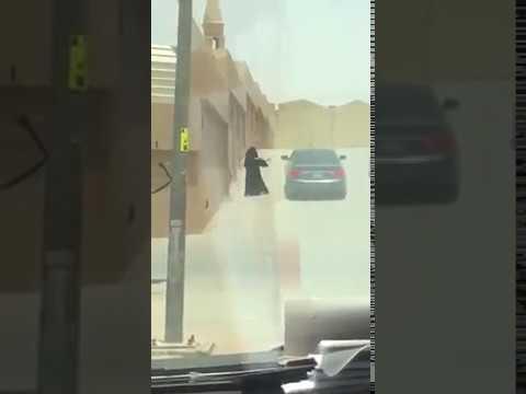 العرب اليوم - تبادل فتاة وشاب للقبلات في الشارع يثير ضجة في السعودية