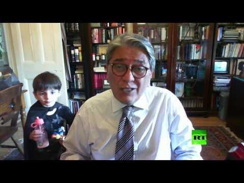 العرب اليوم - شاهد مقطع طريف لطفل يظهر خلف والده اثناء لقاء تلفزيوني