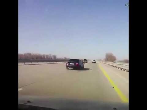 العرب اليوم - بالفيديو حادث مروع لسائق يغيّر إطار سيارته وسط الطريق