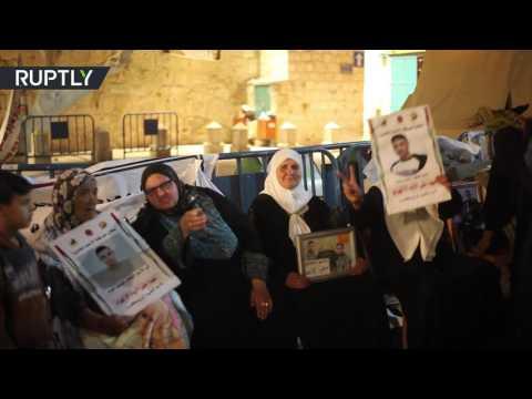العرب اليوم - شاهد أمهات الأسرى الفلسطينيين يحتفلن بسبب تعليق إضراب أبنائهن