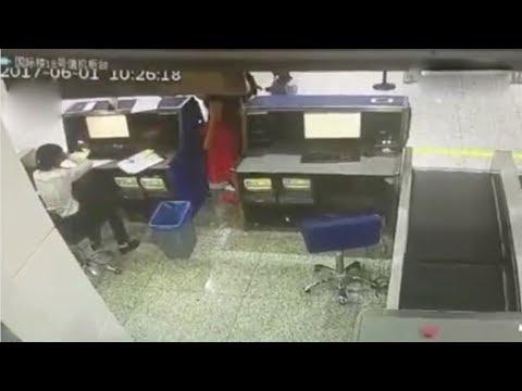 العرب اليوم - شاهد لحظة اعتداء طالبة صينية على موظف في المطار