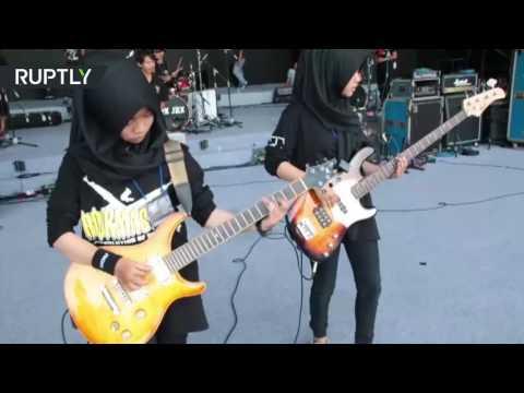 العرب اليوم - فرقة مراهقات لموسيقى الروك تمزج الإسلام بالإيقاع العنيف