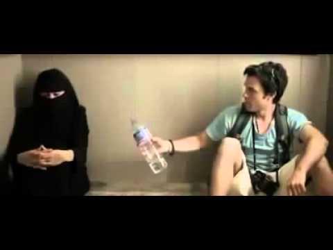 العرب اليوم - شاهد ماذا فعلت فتاة منقبة مع شاب داخل المصعد