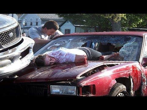 العرب اليوم - شاهد سائق غبي يحاول الخروج من سيارته على الطريق السريع