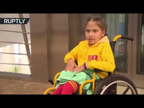 العرب اليوم - طفلة من ذوي الاحتياجات الخاصة تستمتع بلحظة تاريخية مع رونالدو