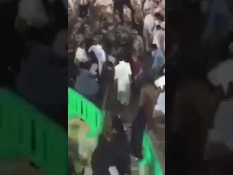العرب اليوم - شاهد لحظة القبض على المتطرف قبل تفجير نفسه بالمصلين داخل الحرم