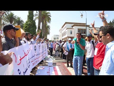 العرب اليوم - شاهد أساتذة حاملون للشهادات يحتجون أمام البرلمان