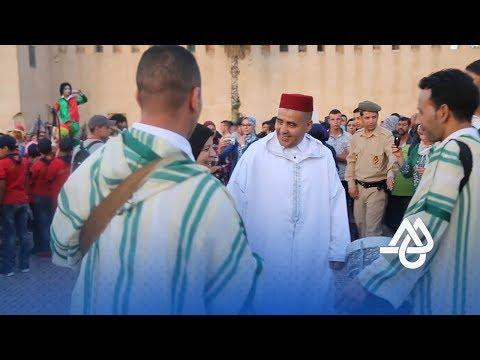 العرب اليوم - بالفيديو مشاهد من مهرجان الشموع في موسم حب الملوك