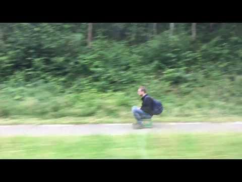 العرب اليوم - بالفيديو صندوق بعجلات وسيلة تنقل شاب هولندي