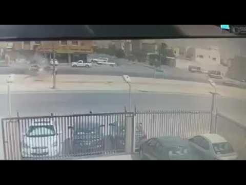 العرب اليوم - لحظة تعرّض سيارة مسرعة إلى حادث مروّع في السعودية
