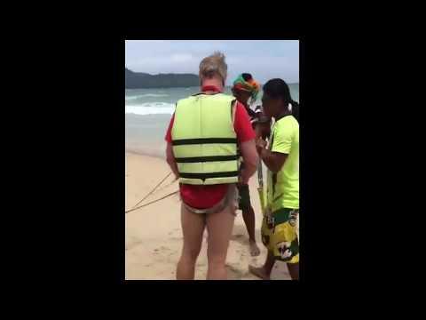 العرب اليوم - شاهد لحظة سقوط سائح من مظلة ووفاته في تايلاند