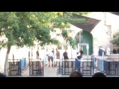 العرب اليوم - شاهد فيديو يظهر تفتيش مصلين مقدسيين بشكل مهين