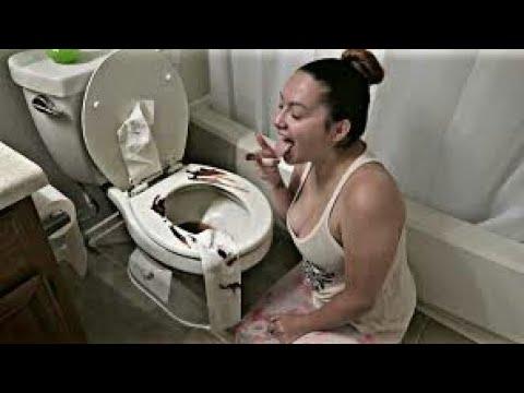 العرب اليوم - شاهد رجل يصدم من تناول زوجته للفضلات من المرحاض