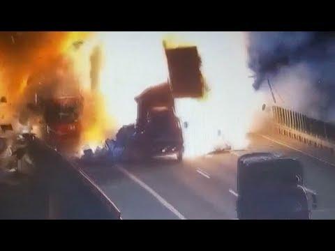 العرب اليوم - اصطدام سيارة بمقطورة متوقّفة يتسبّب في انفجار هائل