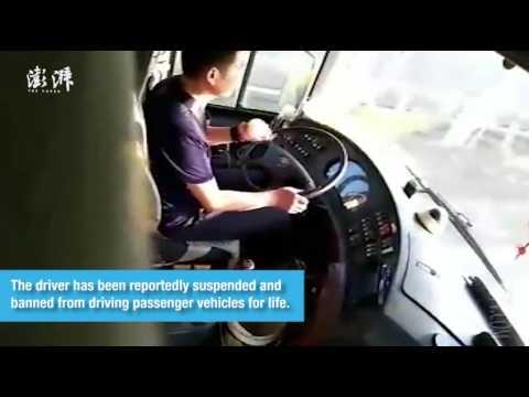 العرب اليوم - شاهدسائق أتوبيس يقشر تفاحة أثناء القيادة