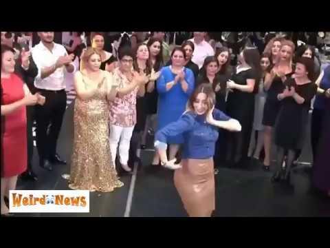 العرب اليوم - فتاة حسناء تخطف الأضواء من العروس برقصة مميزة