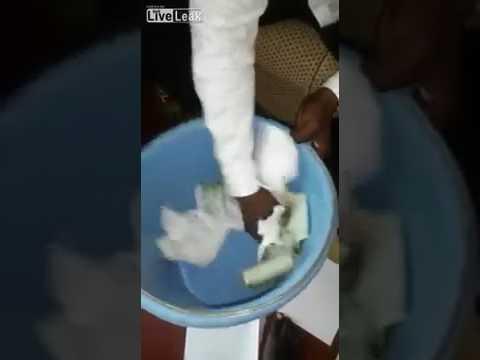 العرب اليوم - ساحر يحوّل الأوراق البيضاء إلى نقود