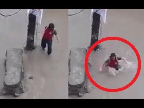 العرب اليوم - شاهدفيضان يسحب فتاة يثير رعب المارة في النيبال