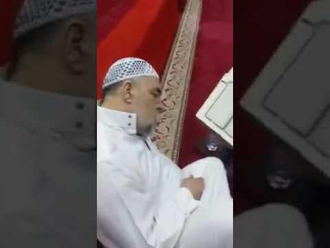 العرب اليوم - شاهد وفاة مؤذن وهو يقرأ القرآن قبل رفع آذان الفجر بدقائق