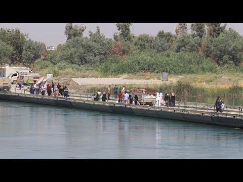 العرب اليوم - شاهد جسر النصر الوسيلة الوحيدة لعبور نهر دجلة