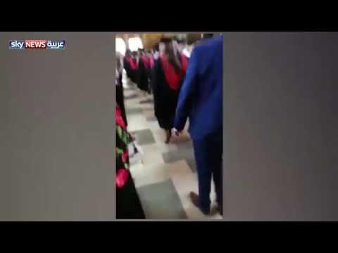 العرب اليوم - شاهد رد فعل فتاة وجدت والدها يصور زميلتها في حفلة تخرجها