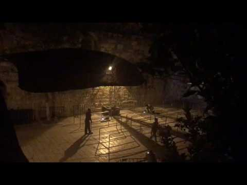 العرب اليوم - شاهد الاحتلال الإسرائيلي يبدأ إزالة الجسور والكاميرات قرب باب الأسباط في القدس