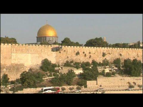 العرب اليوم - شاهد الفلسطينيون يرفضون البوابات الإلكترونية في القدس