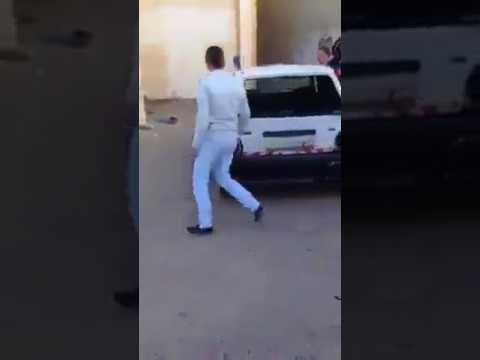 العرب اليوم - شاهد طلاب مدرسة يقومون بتكسير سيارة معلمهم لأنه عاقبهم