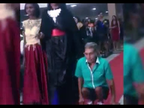 العرب اليوم - شاهد أب يسير على يديه لحضور حفلة تخرج إبنته