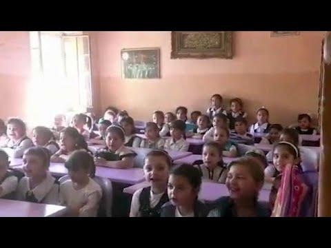 العرب اليوم - شاهد عودة الأطفال إلى المدارس في الموصل