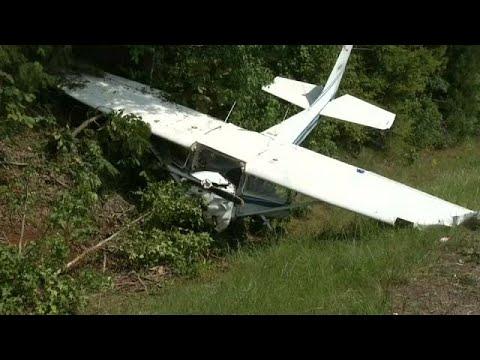 العرب اليوم - شاهد كاميرا للشرطة تلقط لحظة تحطم طائرة صغيرة في تكساس