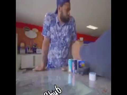 العرب اليوم - بالفيديو بائع يلقن لصًا سرق هاتفه الـآي فون درسًا قاسيًا